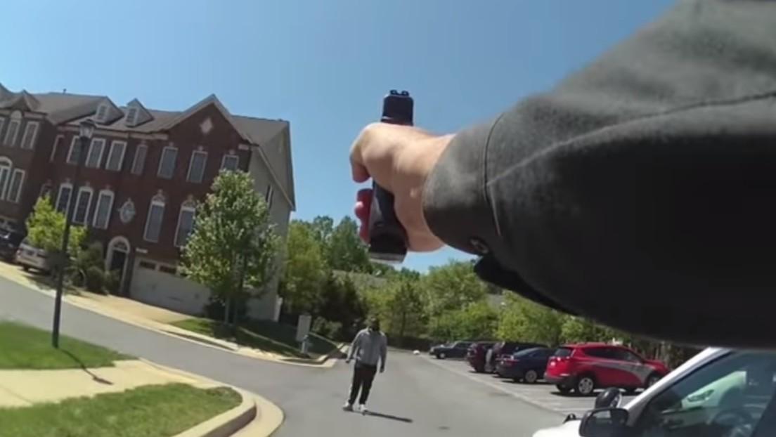 VIDEO: Momento en que un policía dispara 5 veces a un hombre que corrió hacia él con un cuchillo