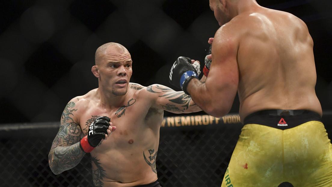 VIDEO: Luchador de UFC entrega varios dientes al árbitro mientras recibe una paliza brutal