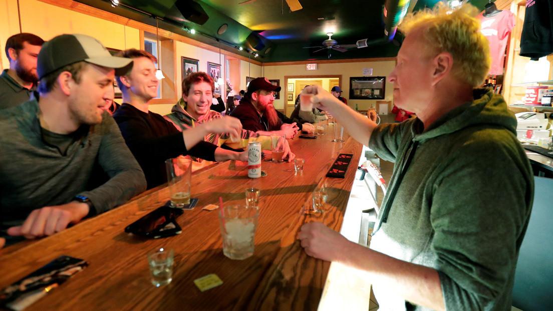Wisconsin levanta el confinamiento social y sus bares se llenan de inmediato