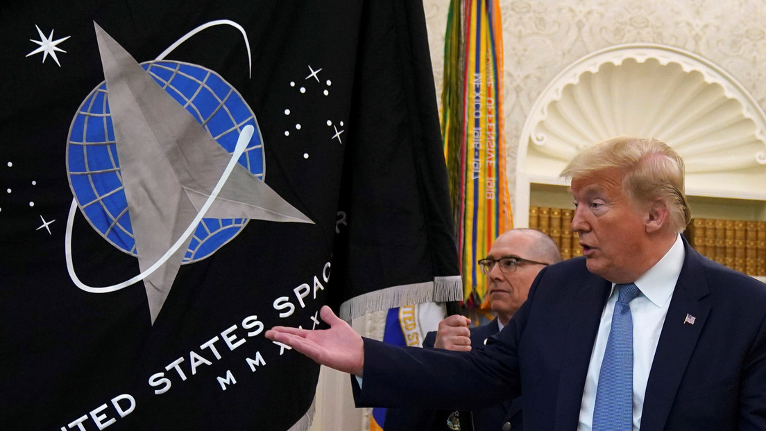 """Trump presenta la bandera de la Fuerza Espacial de EE.UU. y revela su nuevo """"súper dúper misil"""""""