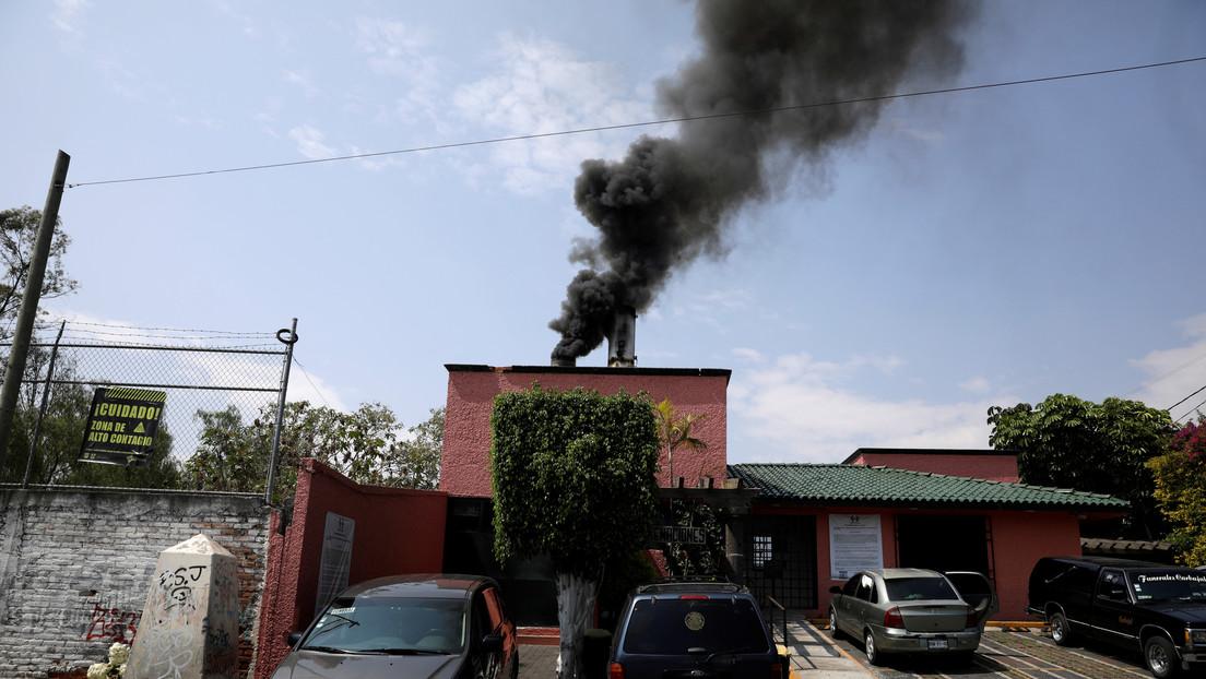 """VIDEO: Crematorios en México incineran """"a nivel industrial"""" en medio del pico de la pandemia de coronavirus"""