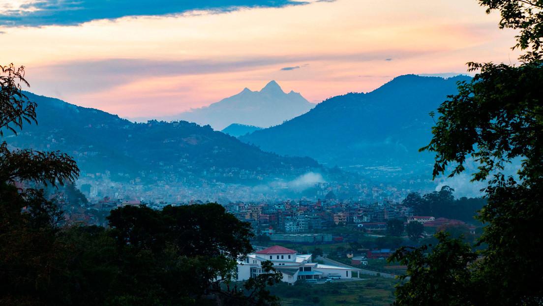 FOTO: El descenso de la contaminación debido al confinamiento por el covid-19 permite divisar del monte Everest a 200 km de distancia