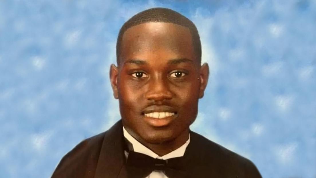 Arrestan al autor del video del asesinato del joven afroamericano muerto a tiros mientras se ejercitaba en EE.UU.