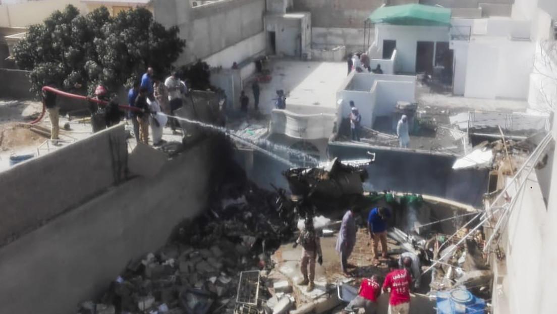 VIDEO: Primeras imágenes desde el lugar donde se estrelló un avión de Pakistán International Airlines con 99 personas a bordo