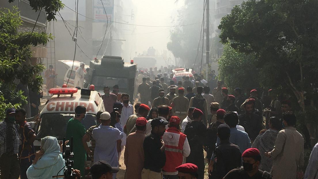 Un avión con 107 personas a bordo de Pakistan International Airlines se estrella en un barrio residencial cerca del aeropuerto de Karachi