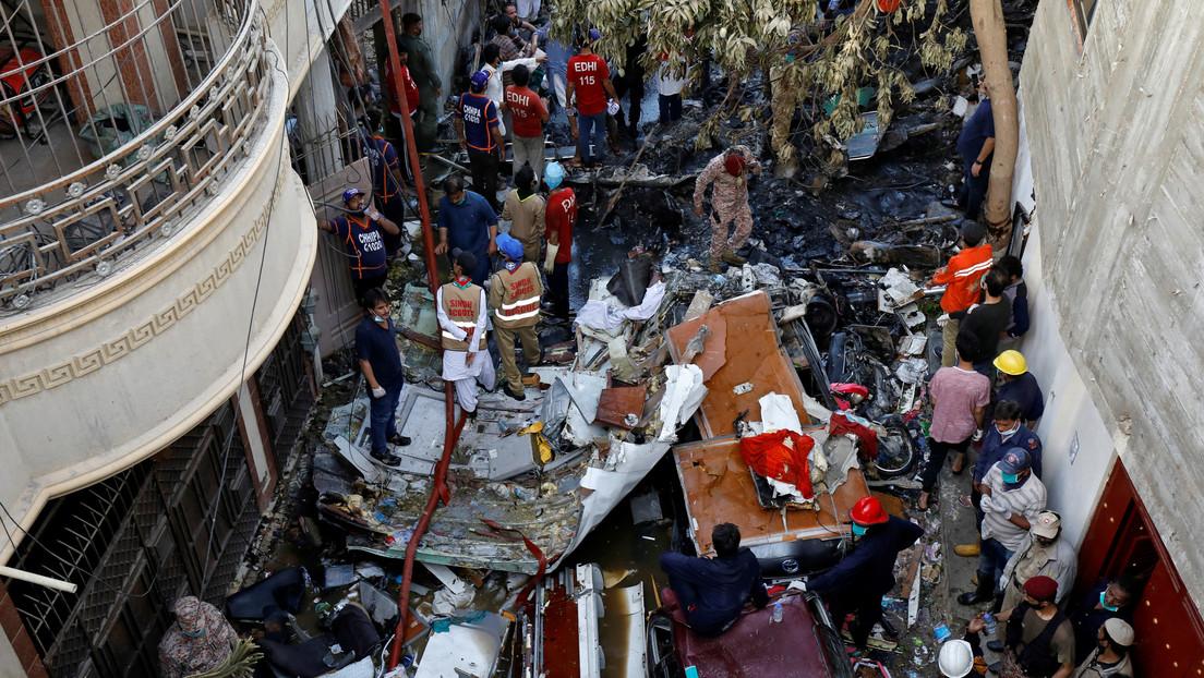 VIDEO: Momento en el que rescatistas sacan con vida a un banquero del avión accidentado en Pakistán