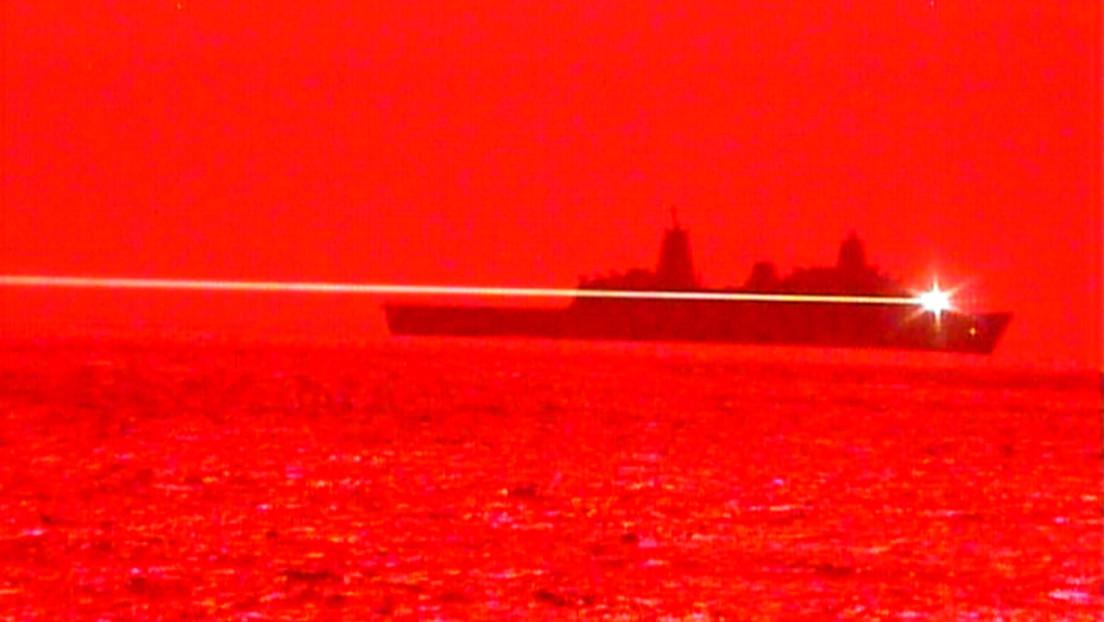VIDEO: La Marina de EE.UU. realiza la primera prueba en el mar de su sistema de armas láser de alta energía y derriba un dron en pleno vuelo