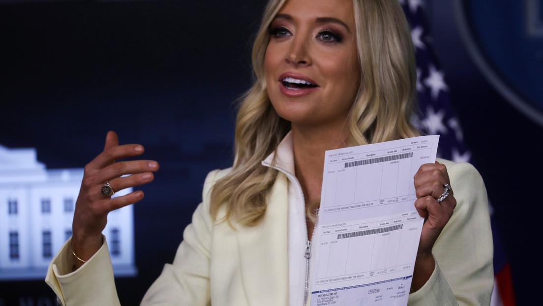 VIDEO: Portavoz de la Casa Blanca muestra datos bancarios privados de Donald Trump sin darse cuenta