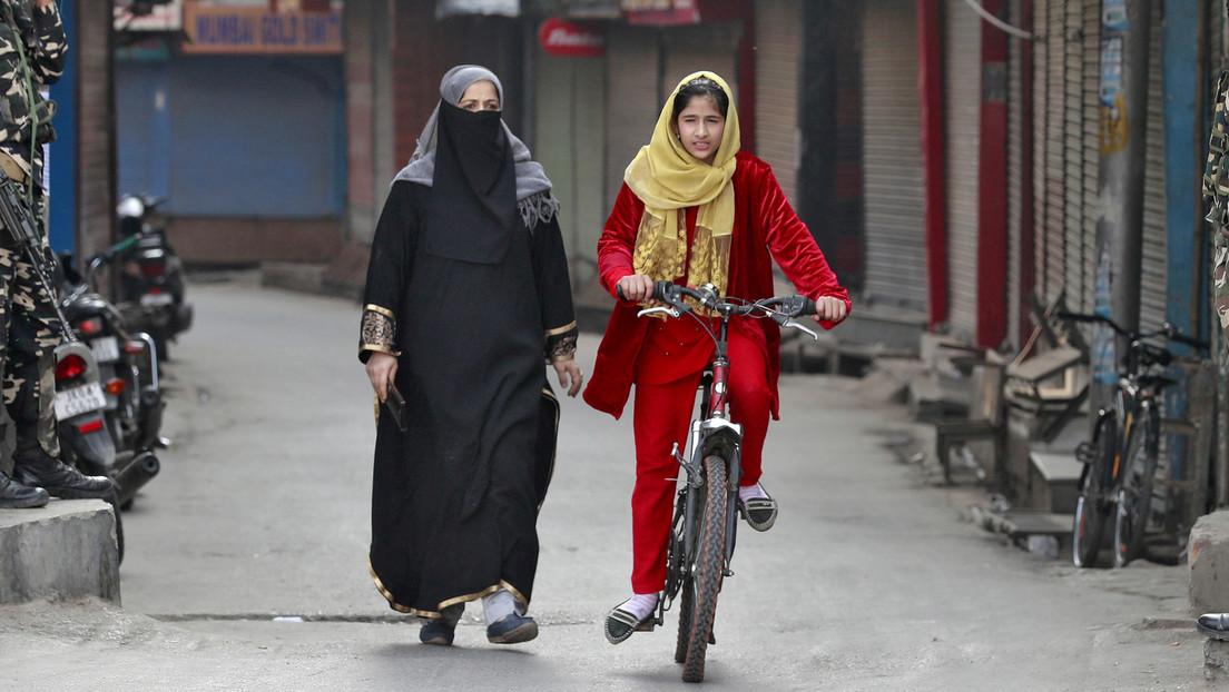 Una niña de 15 años pedalea 1.200 km con su padre a cuestas para volver a su aldea natal ante la crisis del coronavirus