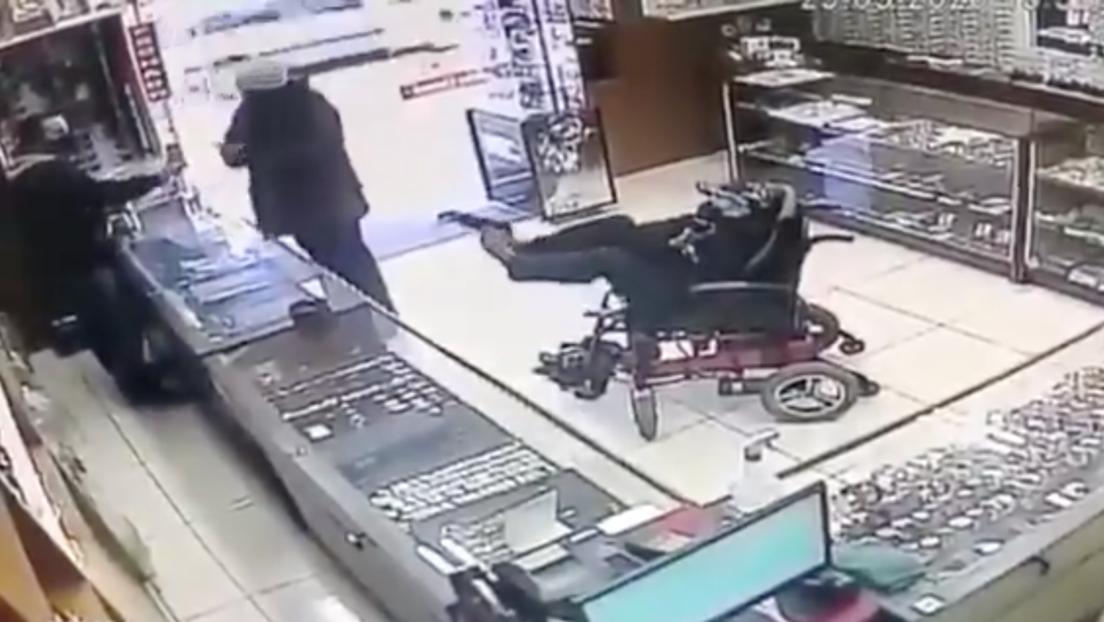VIDEO: Un hombre manco intenta asaltar una joyería en Brasil sosteniendo su arma con los pies