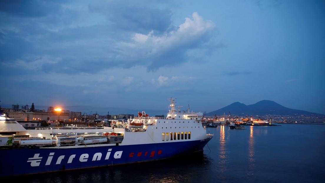 VIDEO: Un barco de pasajeros choca contra las rocas en un puerto de Italia