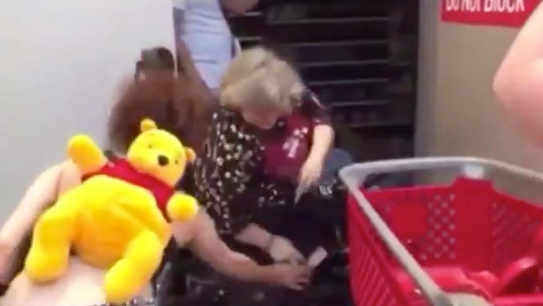 VIDEOS: Una mujer en silla de ruedas ataca con cuchillo a saqueadores en Mineápolis y la rocían con un extintor