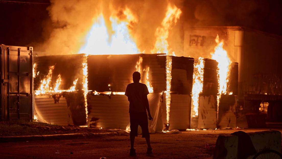 VIDEOS: Al menos 30 incendios y diversos saqueos dan cuenta de las protestas por la muerte de George Floyd