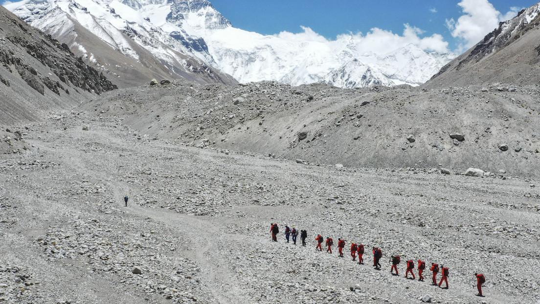 Un equipo de topógrafos chinos hace cumbre en el Everest para establecer nuevamente su altura