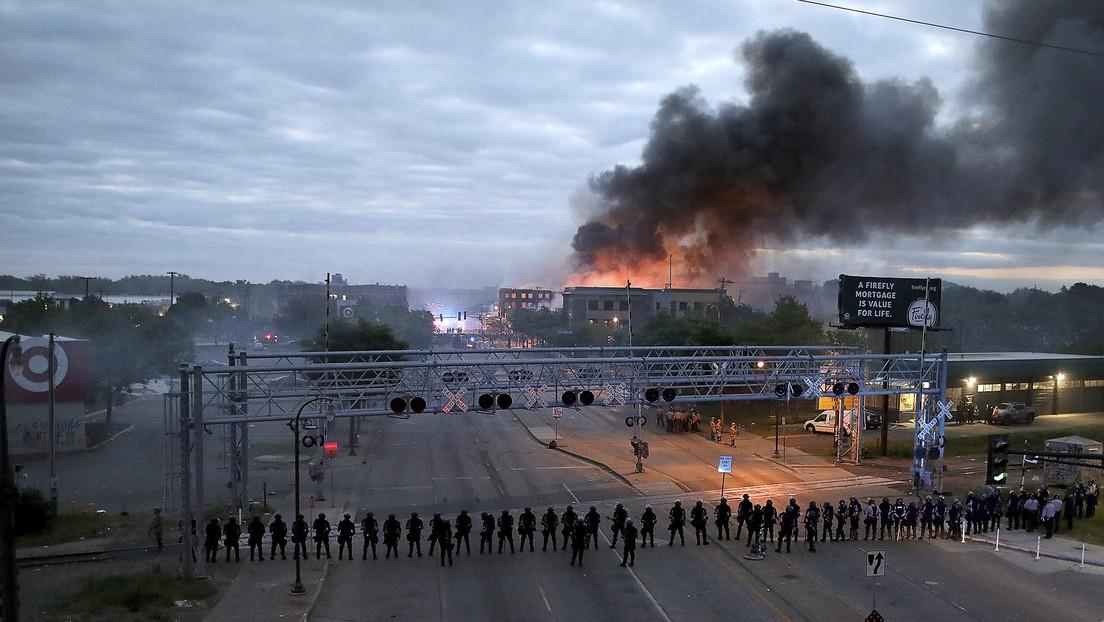 'Arde EE.UU.' tras la muerte de George Floyd: Saqueos, comisaría en llamas ydespliegue de la Guardia Nacional