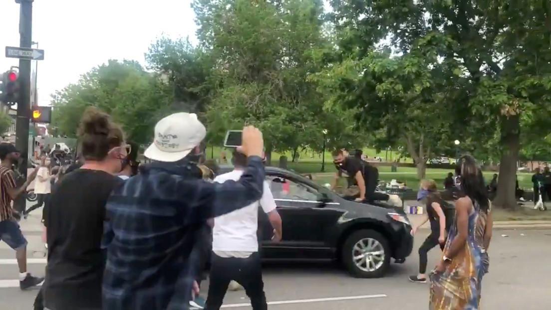 EE.UU.: Un coche embiste a un manifestante durante una protesta por la muerte de George Floyd (VIDEO)