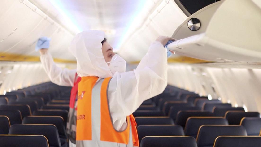 VIDEO: Así es como se propaga el coronavirus en un avión si se evita el uso de mascarillas