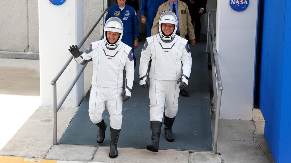 FOTOS: Las redes trolean los trajes espaciales de SpaceX por sus 'botas de pescador'