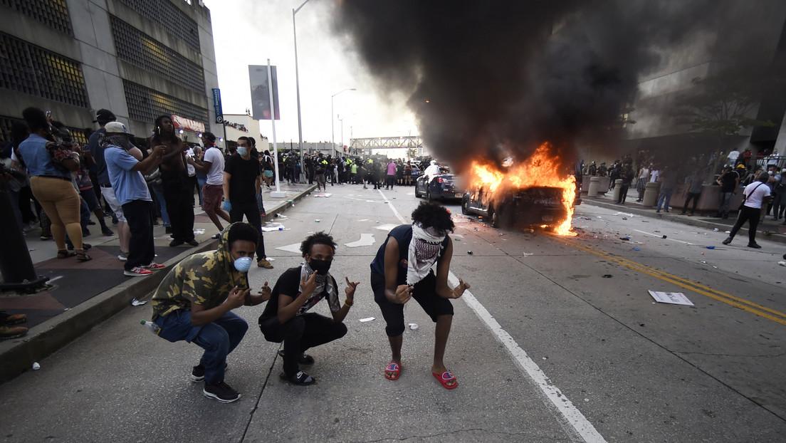 La policía de Mineápolis dispara gases lacrimógenos mientras los manifestantes desafían el toque de queda (FOTOS, VIDEOS)