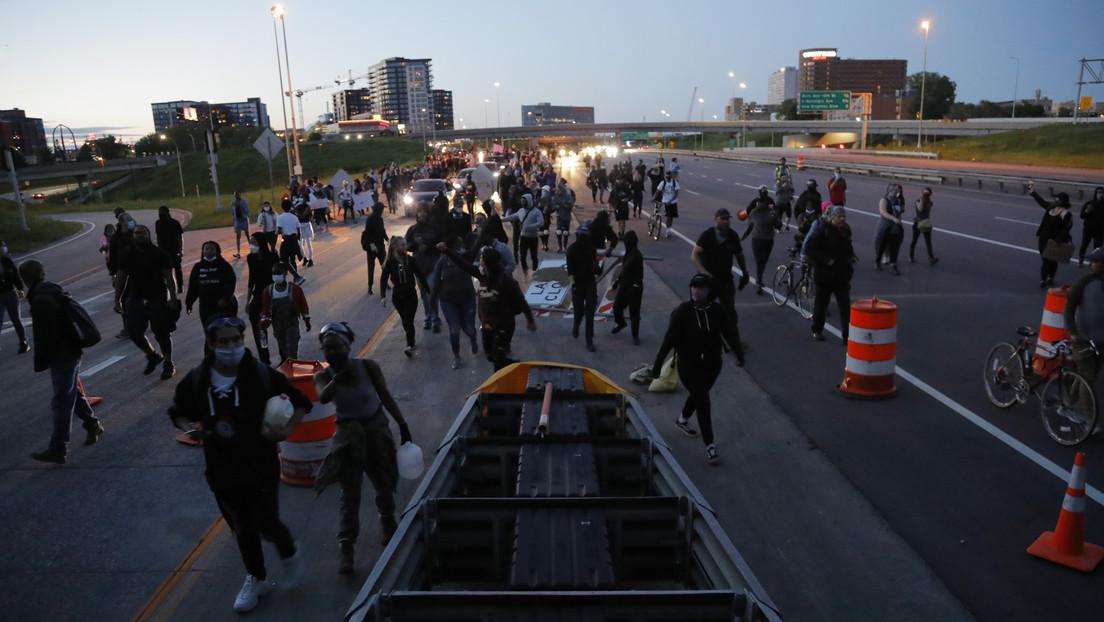 Multitudes rodean la estación de Policía en Mineápolis y sus oficiales no logran imponer el toque de queda (VIDEOS)
