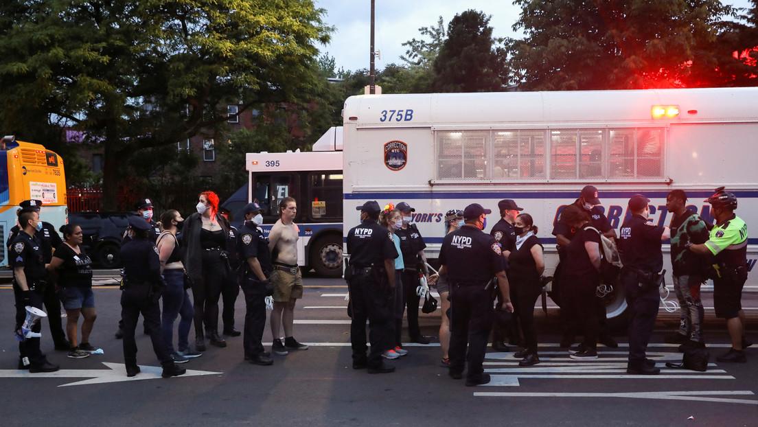 Cerca de 200 manifestantes arrestados tras incendiar un patrullero e intentar ingresar a un cuartel policial en Nueva York (VIDEOS)