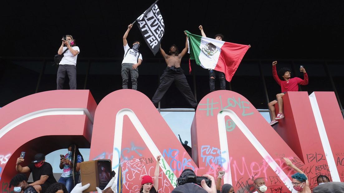 VIDEOS, FOTOS: Manifestantes asedian la sede de la CNN en Atlanta y vandalizan su logotipo