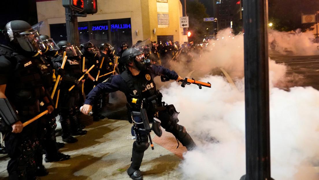 VIDEO: Un policía dispara bolas de pimienta contra un equipo de TV que cubría en vivo una protesta en EE.UU.