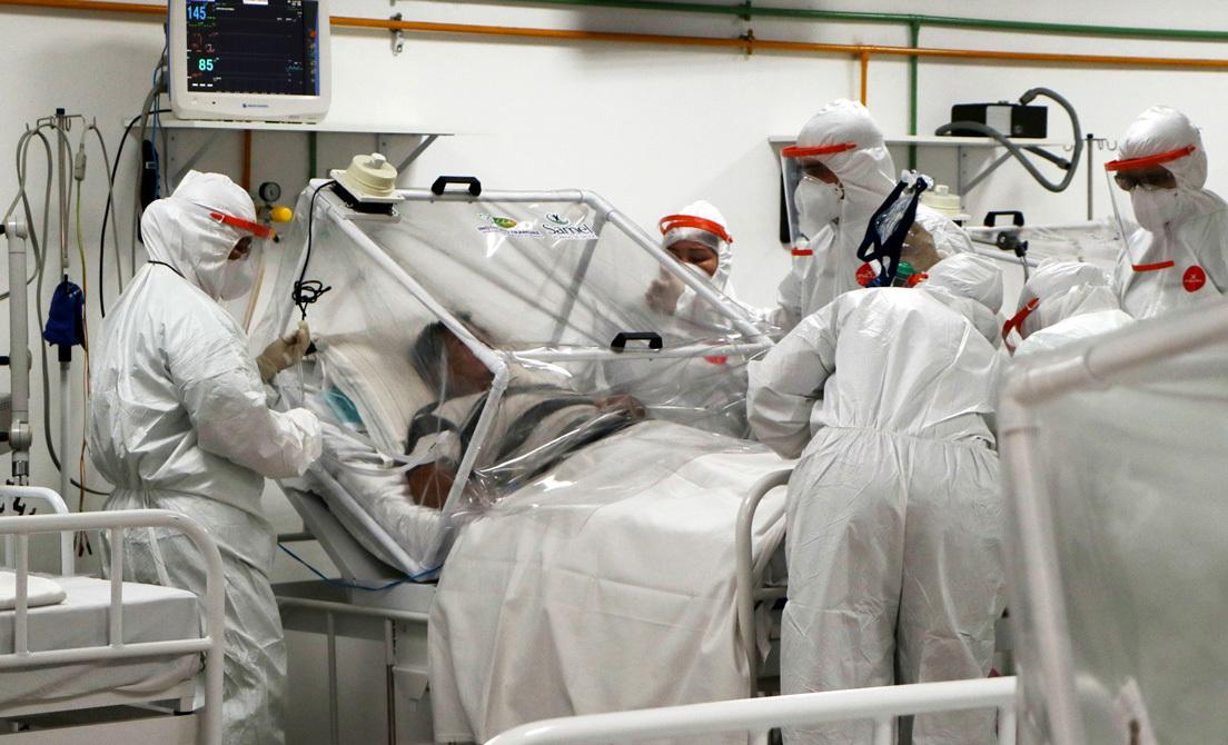 Sanitarios atienden a un paciente infectado por coronavirus en Manaus, Brasil.