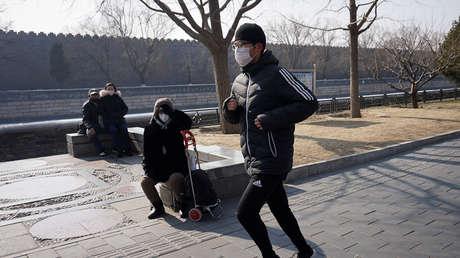 Un hombre es operado de urgencia por una lesión en un pulmón tras salir a correr con mascarilla en China