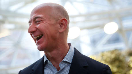 Jeff Bezos podría convertirse en el primer billonario del mundo para 2030, y la Red no tarda en reaccionar