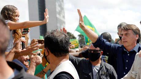 Bolsonaro saluda a la multitud frente al palacio presidencial sin llevar mascarilla ni mantener una distancia segura