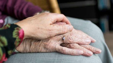 Una anciana de 103 años celebra con una cerveza que se recuperó del covid-19