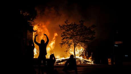 Manifestantes toman la estación de policía en medio de enfrentamientos, incendios y gases lacrimógenos en Mineápolis (VIDEOS)