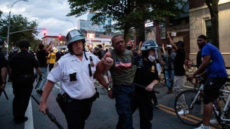 Ataques en grupo y embestidas con coches: Nuevos videos de brutalidad policial durante protestas en EE.UU.