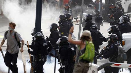 Cuatro heridos graves al chocar un vehículo contra un coche policial durante protestas en Denver (VIDEO)