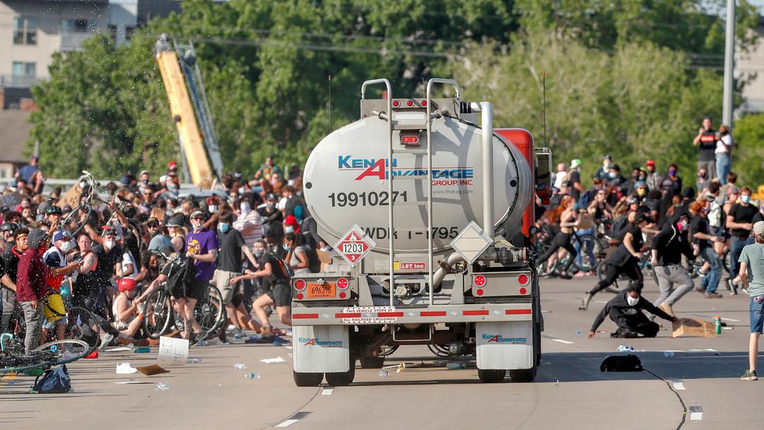 VIDEOS: Un camión cisterna embiste contra manifestantes en Mineápolis