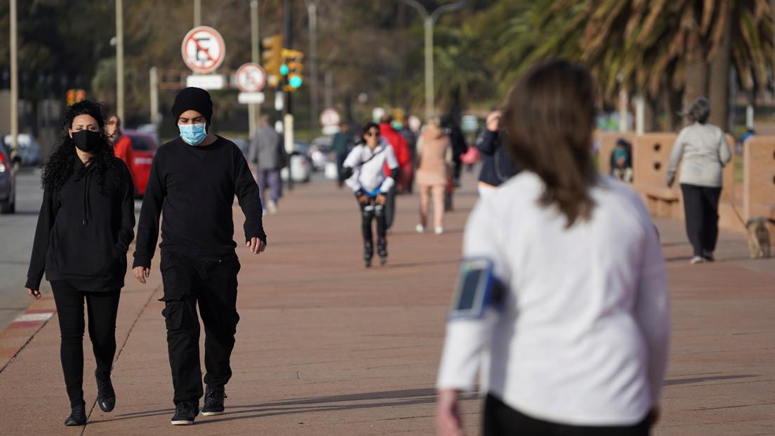 """""""Libertad responsable"""": Cómo es el modelo que le permitió a Uruguay contener el coronavirus y empezar una 'nueva normalidad'"""