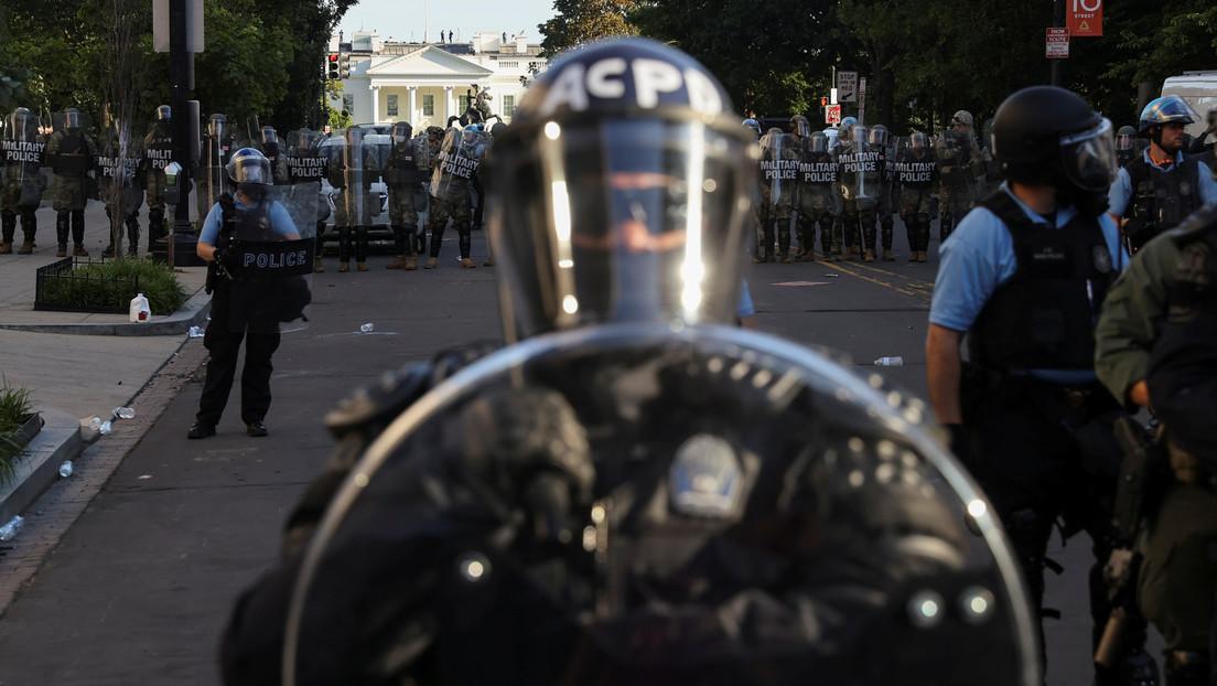 La Policía lanza gases lacrimógenos para dispersar a los manifestantes en Washington por la muerte de George Floyd antes del discurso de Trump
