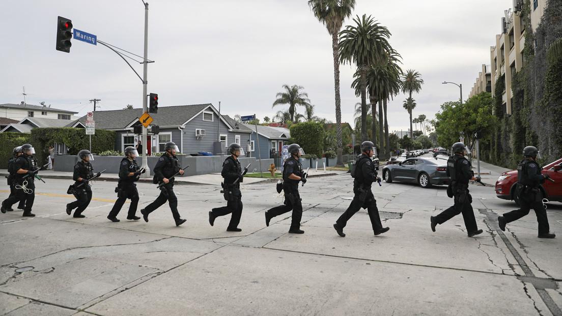 Transmiten en vivo el momento en que la Policía de Los Ángeles detiene por error a personas que evitaban el saqueo de un comercio (VIDEO)