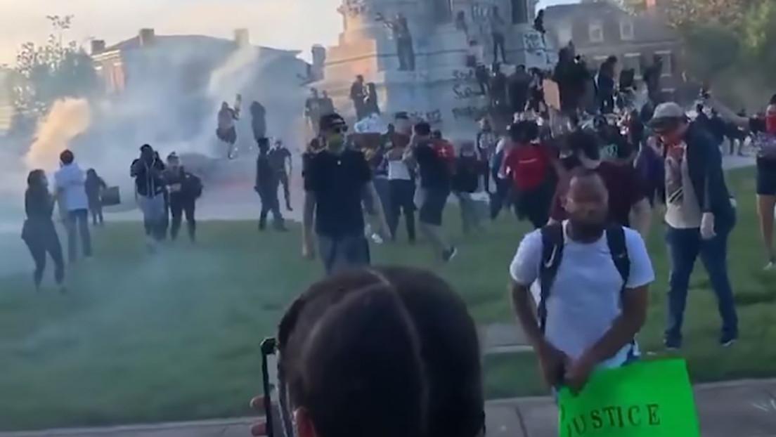 VIDEO: Policías en EE.UU. lanzan gas lacrimógeno contra manifestantes arrodillados y con las manos levantadas