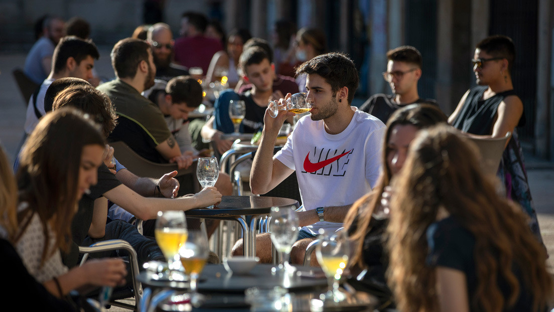 """La batalla de la hostelería en España para volver a la """"normalidad"""" tras la pandemia (y por qué es un sector clave de su economía y cultura)"""