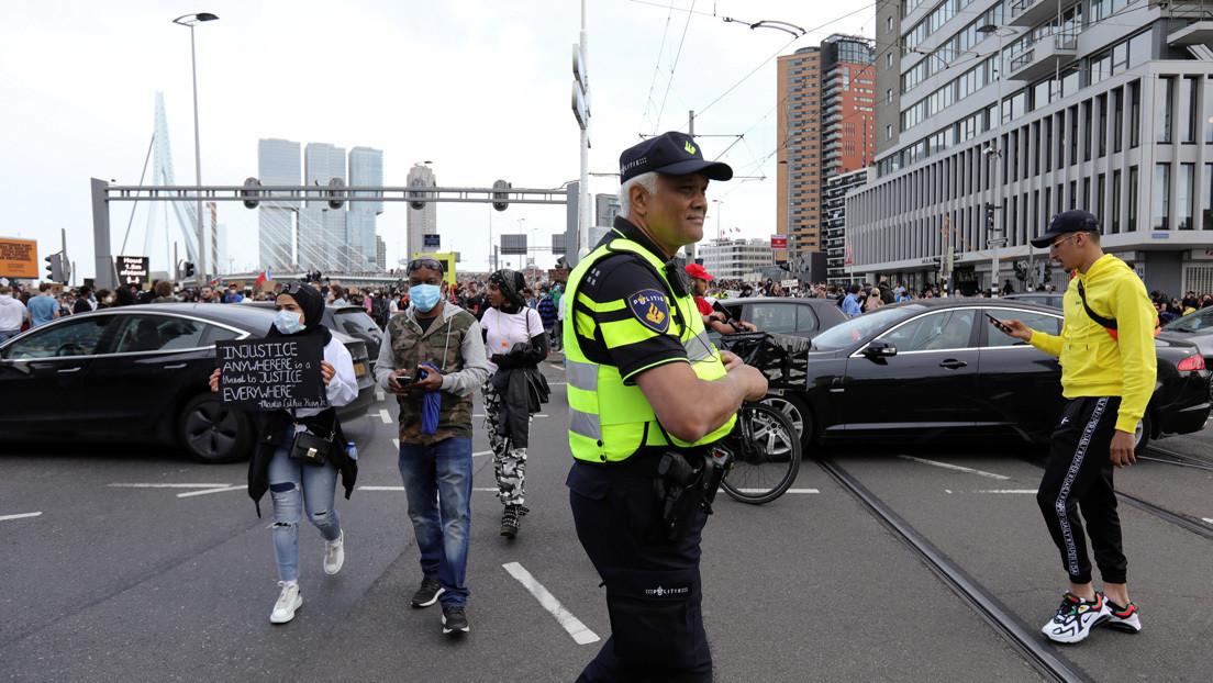 La Policía antimotines responde a disturbios durante una protesta contra el racismo en Países Bajos