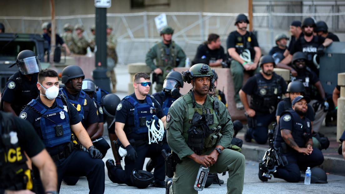 Muchos agentes se arrodillan ante los manifestantes contra la brutalidad policial, ¿qué significa este gesto?