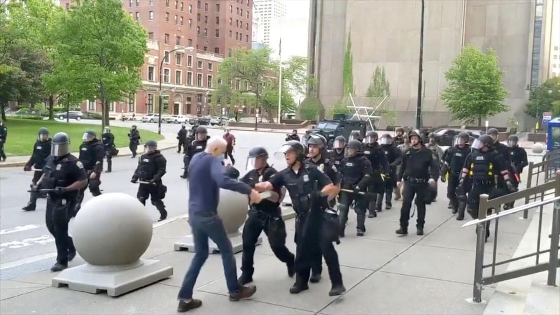 Todo el equipo de respuesta de la Policía de Búfalo renuncia por la suspensión de 2 agentes que empujaron a un anciano durante la protesta
