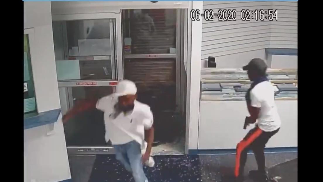"""VIDEO: La Policía muestra a """"personas de interés"""" en el caso del agente retirado asesinado por saqueadores en EE.UU."""