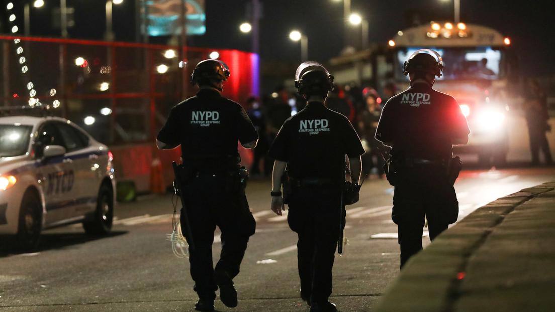 Suspenden a dos policías de Nueva York captados en videos virales cuando actuaban con brutalidad contra manifestantes