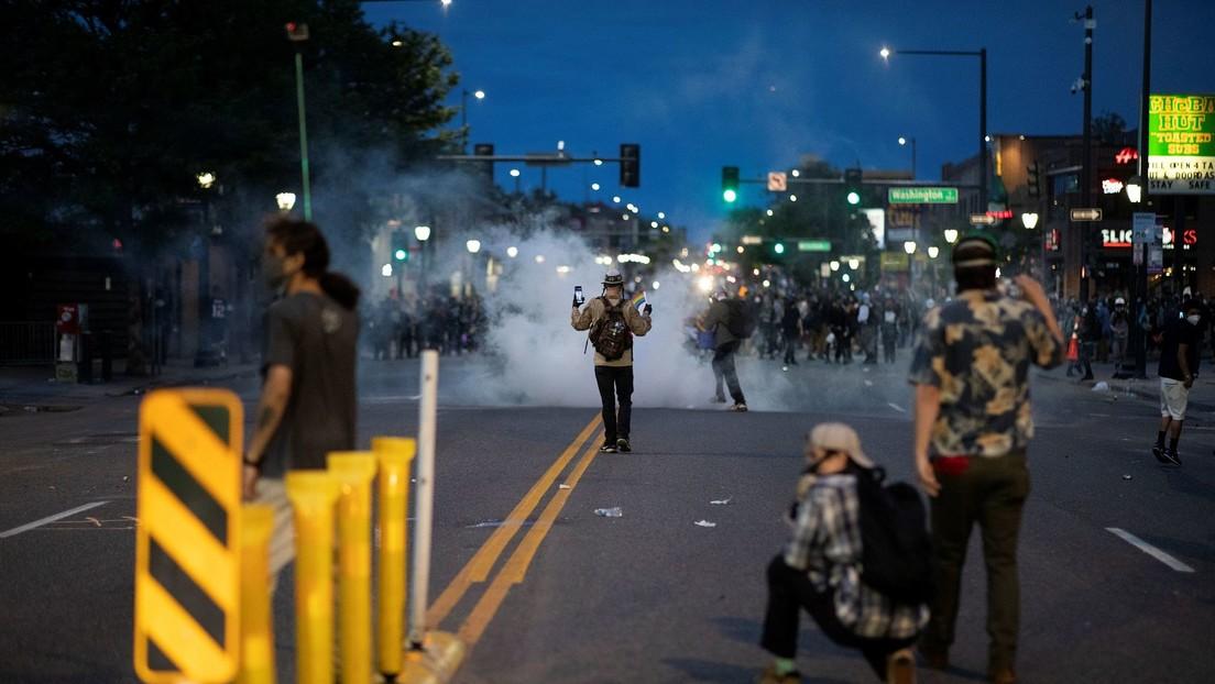 """Prohíben a la Policía de Denver usar """"armas químicas y proyectiles"""" durante las protestas"""