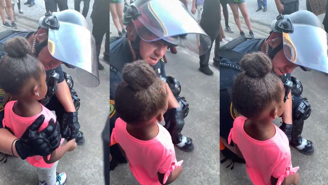 VIDEO: Se viralizan las imágenes de un policía consolando a una niña de 5 años que le preguntó si iba a dispararle en medio de las protestas en EE.UU.