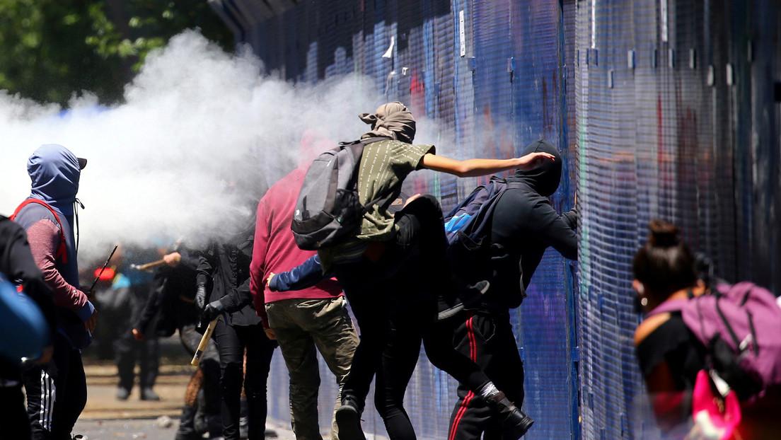 VIDEO: Policías patean en la cara a una manifestante de 16 años en la Ciudad de México y acaban detenidos