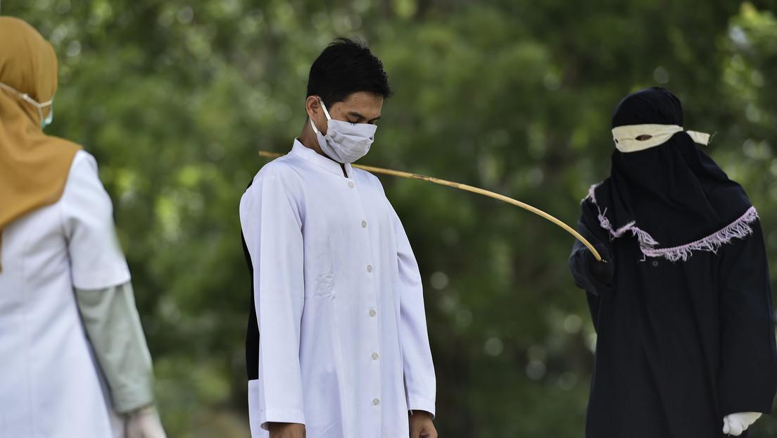 Condenan a una pareja indonesia a 100 azotes por tener sexo premarital y le miden la temperatura por temor al coronavirus antes del castigo